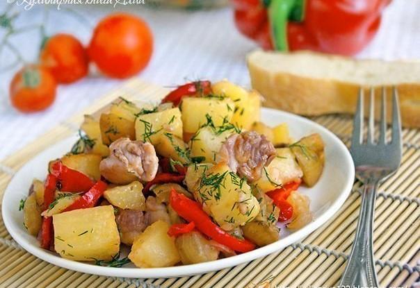 Куриное филе тушенное с картофелем, баклажанами и сладким перцем