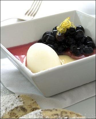 Лимонный шербет с ягодным компотом