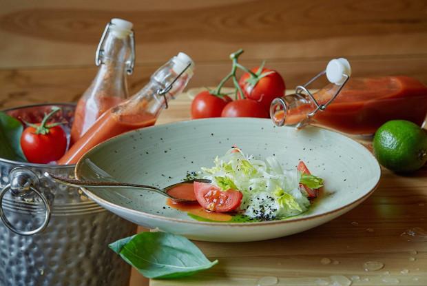 Томатный суп «Аль помодоро» со сметаной и базиликом
