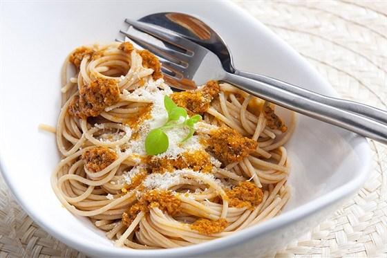 Спагетти с песто, анчоусами и вялеными томатами
