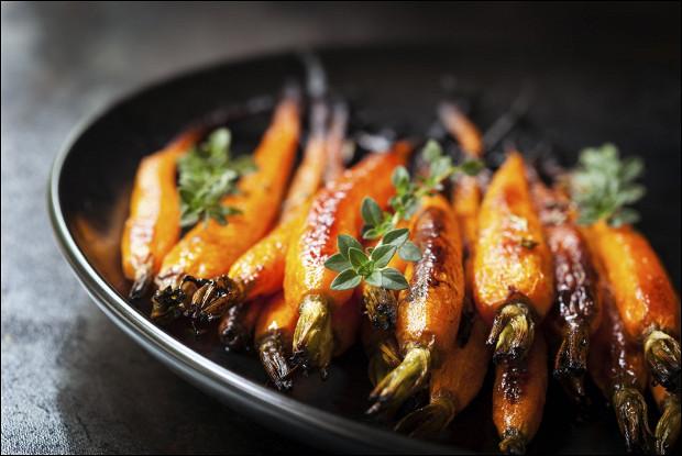 Запеченная молодая морковь с апельсиновым соком и имбирем
