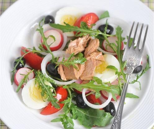 Салат нисуаз с рукколой