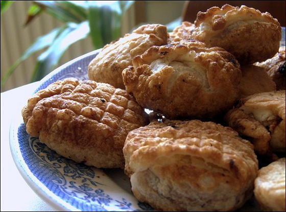 Слоеные пирожки с орехами и фасолью