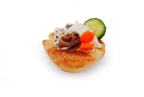 Открытые пирожки из слоеного теста с анчоусами и овощами