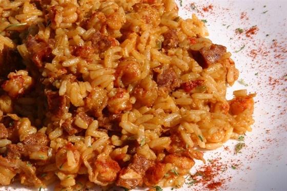 Джамбалайя  с копчеными колбасками и острым томатным соусом