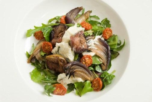Салат с вяленым помидорами, инжиром и карамелизованным луком