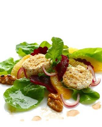 Теплый салат из жаренной в хлебных крошках моцареллы, свеклы и картофеля