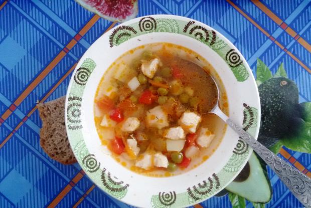 Куриный суп с овощами и горошком