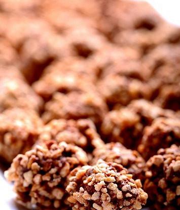 Трюфели с клюквой в крошке из грецкого ореха