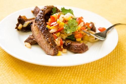 Говяжий стейк со свежим кукурузным салатом