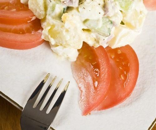 Салат с колбасой или ветчиной