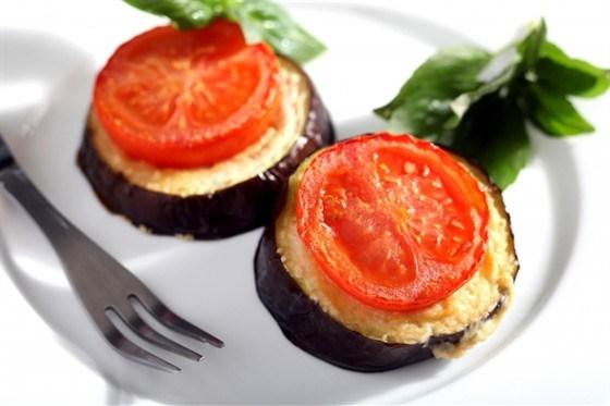 Печеные баклажаны с помидорами и сыром