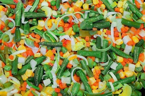 Салат из ячменя, кукурузы, зеленой фасоли и козьего сыра