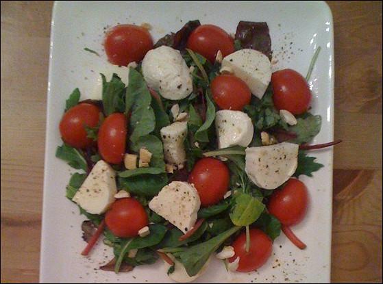 Летняя легкая закуска из курицы, зелени и моцареллы