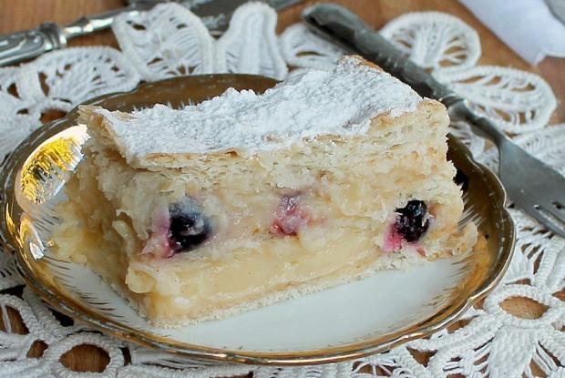 Торт из слоеного теста с вишней