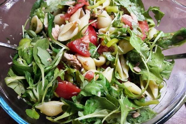 Тёплый салат из макарошек-кончиле, тунца и овощей