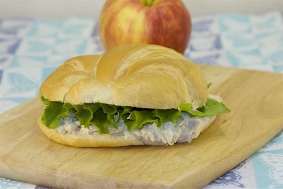 Сэндвич с тунцом, яблоком и листьями салата