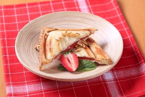 Сэндвичи с сырным кремом и свежей клубникой