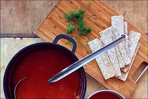 Томатный суп с фасолью и сыром