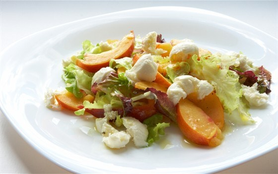 Салат из моцареллы с персиками