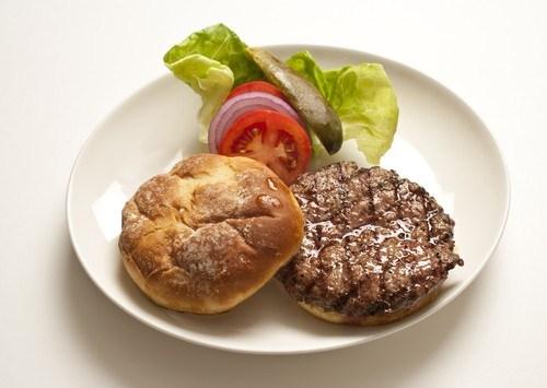 Подкопченые гамбургеры с сыром и беконом на гриле