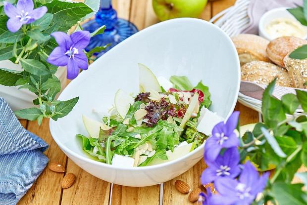 Зеленый салат с миндальным орехом и греческим сыром