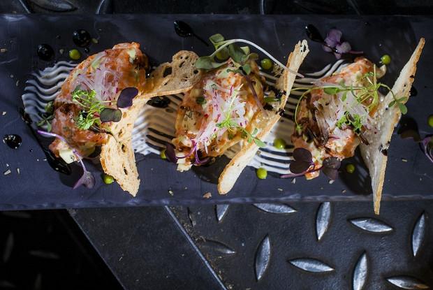 Тартар из лосося с авокадо и спайси соусом