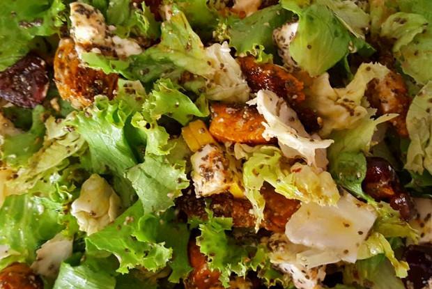 Летний салат с черешней, сыром фета и индейкой