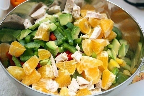 Куриный салат со сладким перцем и авокадо