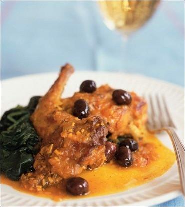 Тушеная утка с красным вином и оливками