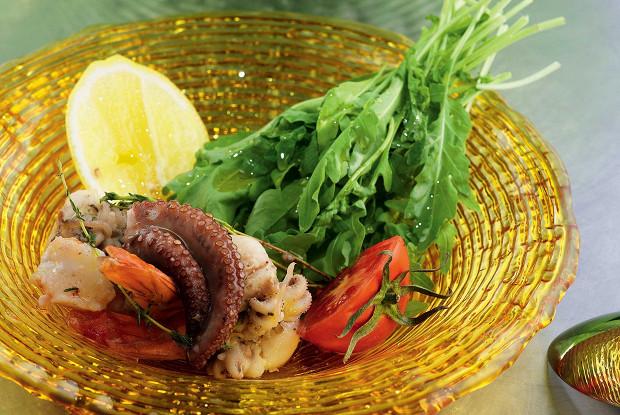 Салат сморепродуктами и рукколой