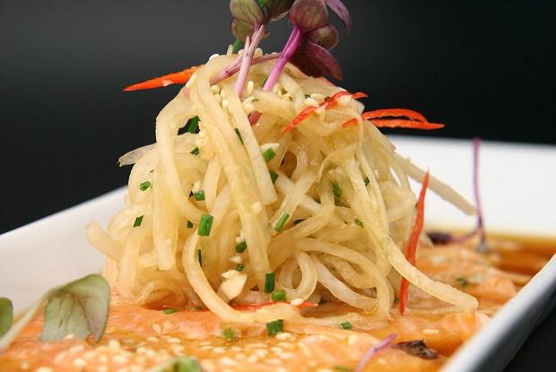 Карпаччо из филе лосося с имбирным маринадом в сопровождении лапши из дайкона