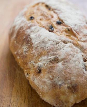 Пшенично-ржаной дрожжевой хлеб с изюмом и тмином