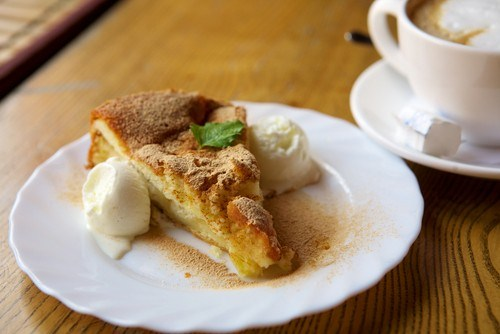 Пирог с яблоками, изюмом и шоколадом