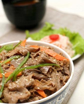 Жареная говядина с зелеными чили (Qingjia Chao Niuliu)