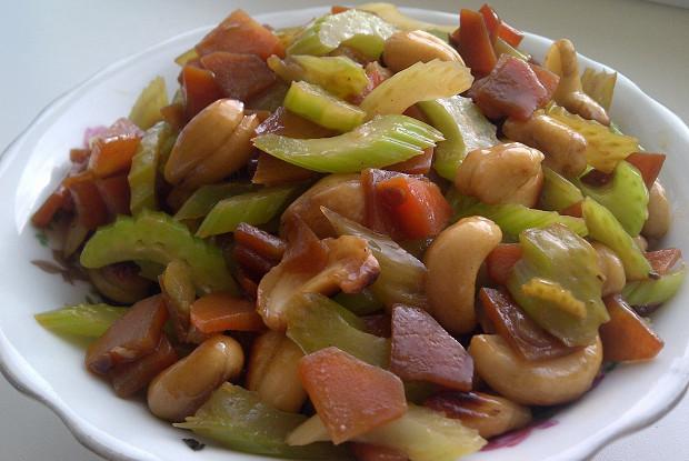 Острый салат из сельдерея с кешью