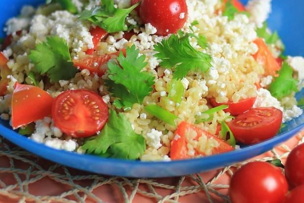 Салат из булгура с овощами и фетой