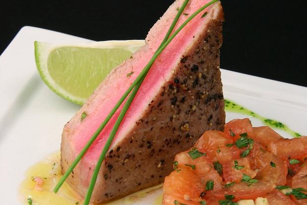 Обжаренное филе тунца с салатом из помидор