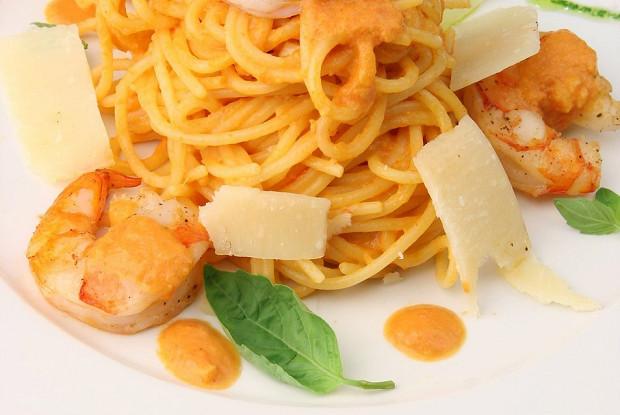 Спагетти с тигровыми креветками и соусом карри