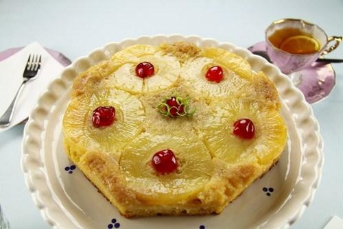 Миндальный торт с фруктами и рисовой начинкой