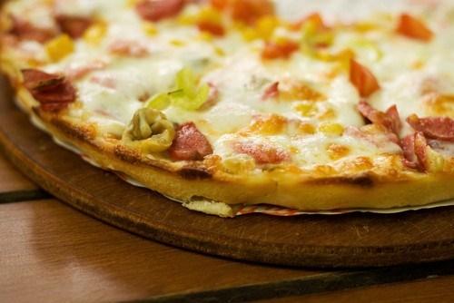Пицца со шпиком, брюссельской капустой и миндалем