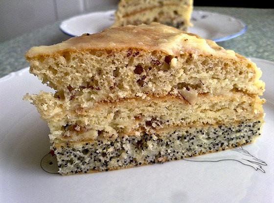 Трехслойный торт с орехами, изюмом и маком