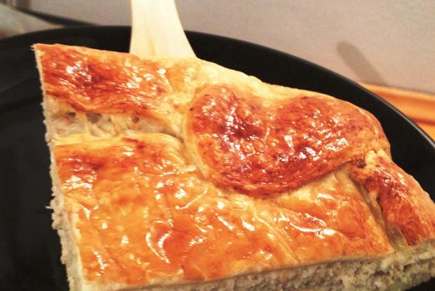 Пирог из слоеного теста с сельдью