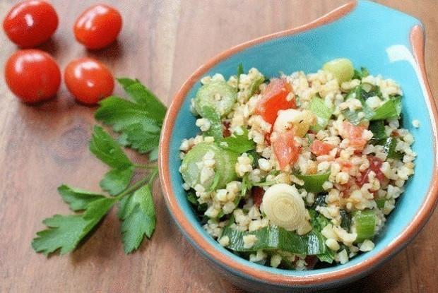 Овощной салат с пастой, тунцом и сухариками
