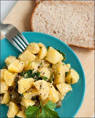 Картофельный салат с каперсами и петрушкой