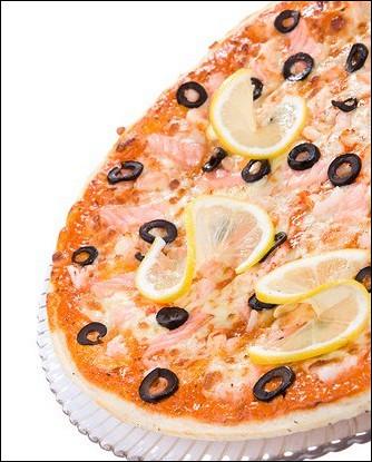 Пицца с жареной рыбой и красной икрой