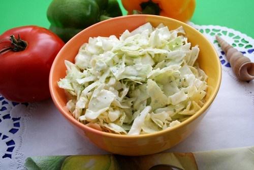 Салат из капусты и зеленых яблок с йогуртовой заправкой