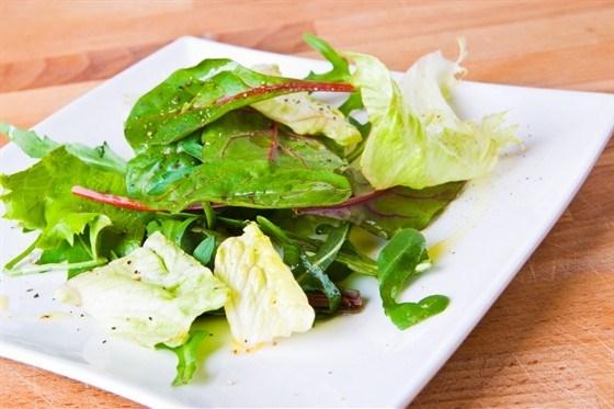 Зеленый салат с лимонной заправкой