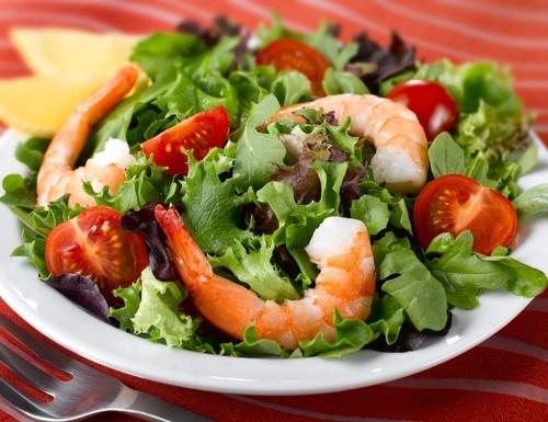Салат из сладких помидоров с креветками под йогуртово-горчичной заправкой