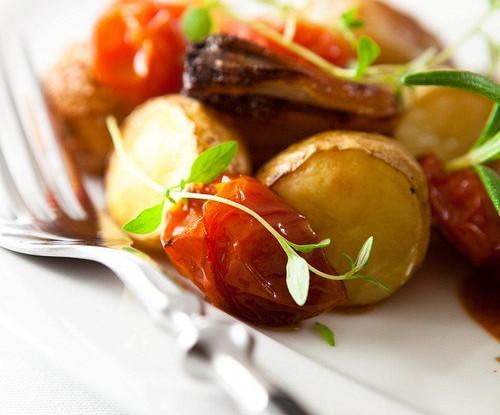 Картофель с томатами и базиликом